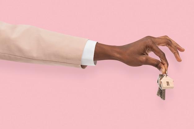 Hand, die schlüsselimmobilienmakler hält