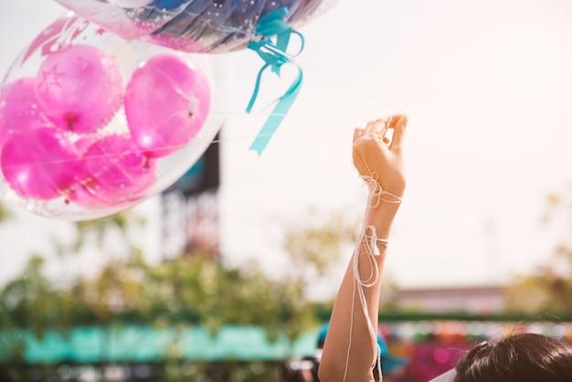 Hand, die seil des grußballons für spezielles ereignis oder geburtstagsfeier hält