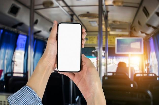 Hand, die smartphone im bus hält geschäftsleute halten smartphone- und online-shopping-konzept und öffentliches verkehrssystem.