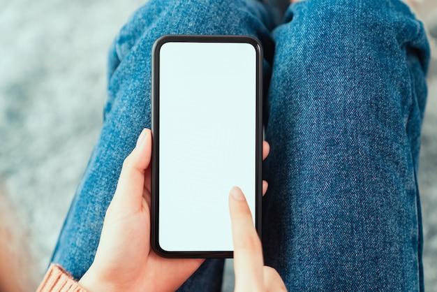 Hand, die smartphone-modell des leeren bildschirms hält