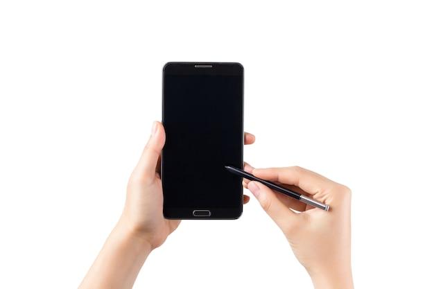 Hand, die smartphone und berührungsstiftschreiben auf bildschirm lokalisiert auf weiß hält.