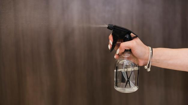 Hand, die spray hält