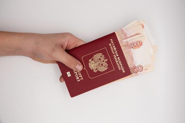 Hand, die stapel russische pasportrubel hält.