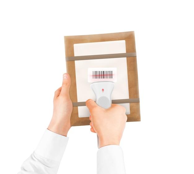 Hand, die strichcodescanner und paketbeutel lokalisiert hält.