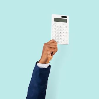 Hand, die taschenrechner im finanzkonzept hält