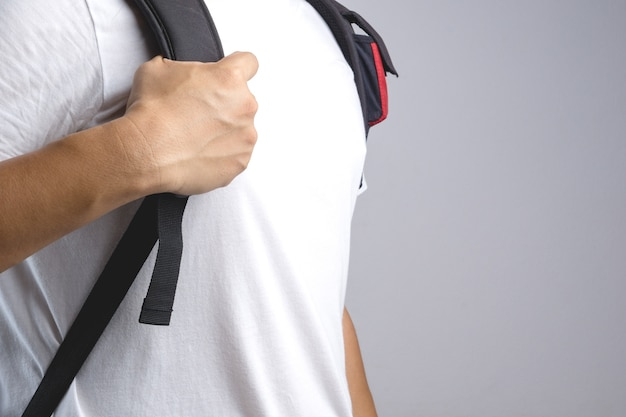 Hand, die taschenrucksack-taschenbügel hält