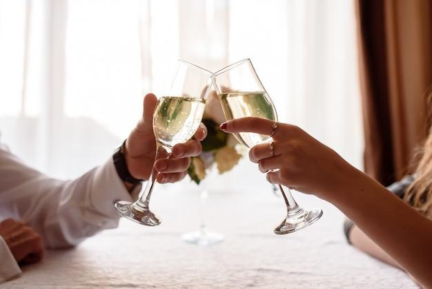 Hand, die toast mit glas macht
