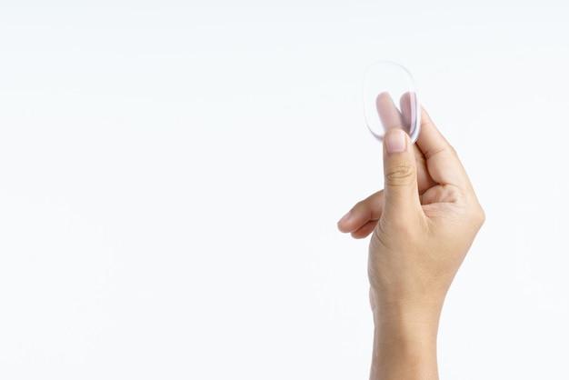 Hand, die transparenten kosmetischen silikonhauch hält