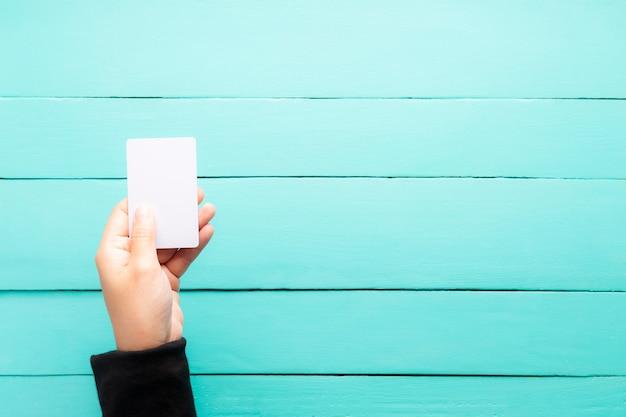 Hand, die unbelegte visitenkarte anhält