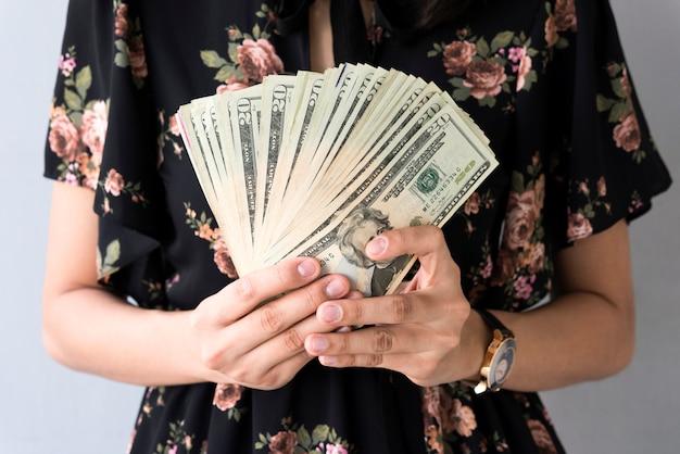 Hand, die us-dollar banknote hält