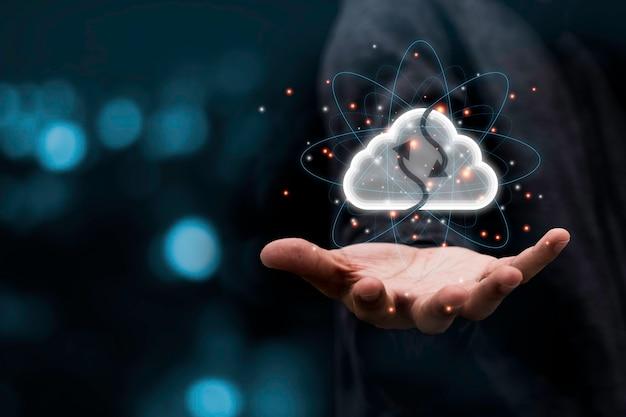 Hand, die virtuelles wolkenelement hält. das cloud-technologie-system ist das computing-sharing-management für das hochladen und herunterladen von elektronischen informationen und anwendungen.