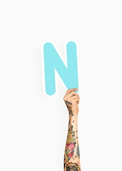 Hand, die zeichen des buchstaben n hält