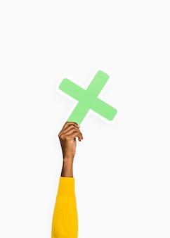 Hand, die zeichen des buchstaben x hält