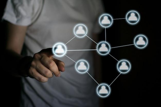 Hand drücken eines beleuchteten symbols. internet-konnektivitätskonzept