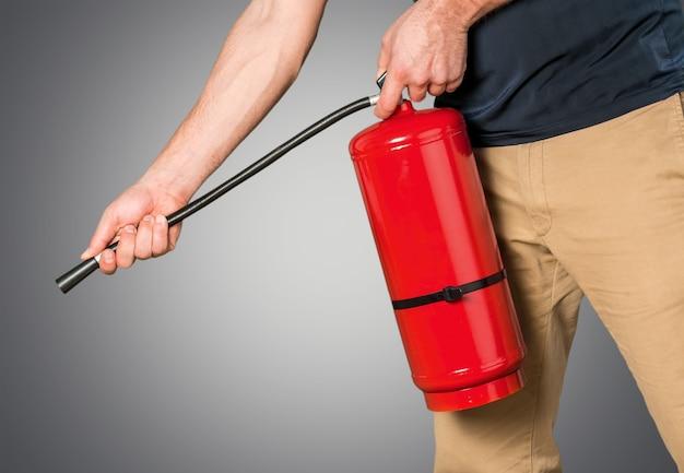 Hand drückt den abzugsfeuerlöscher hand drückt den abzugsfeuerlöscher