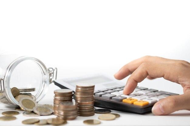 Hand drückt den taschenrechner, konzept für das einsparen von geld, das wachsende geschäft und das wohlhabende