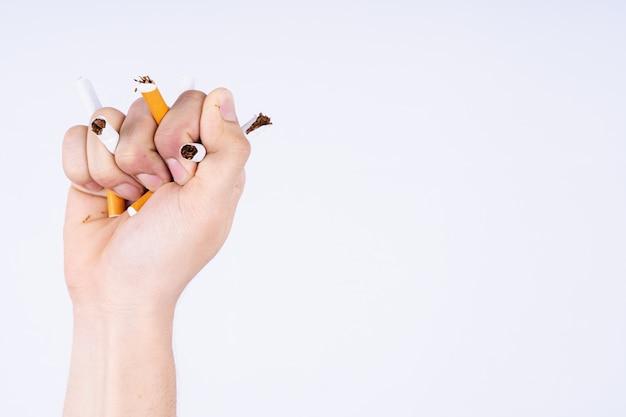 Hand drückt zigaretten