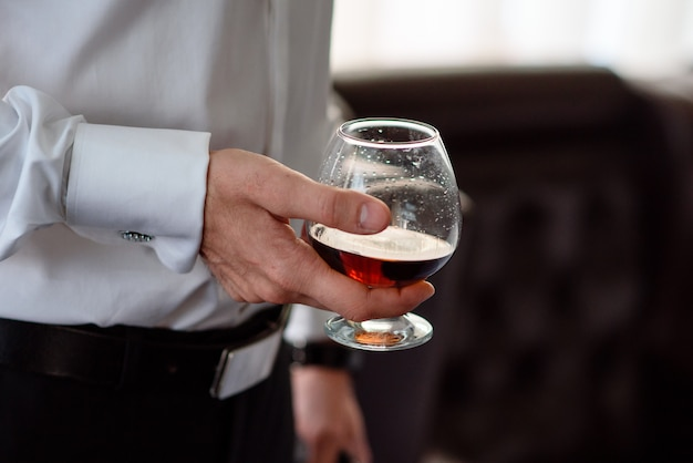 Hand, ein glas cognac