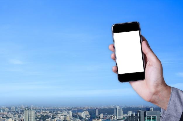 Hand ein teil des mannes halten smartphone leeren bildschirm mit stadtbild hintergrund.