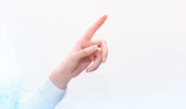 Hand einer geschäftsfrau drückt auf einen transparenten bildschirm