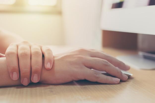 Hand eines geschäftsmannes mit einer handgelenkverletzung seines eigenen, einen computer arbeitend