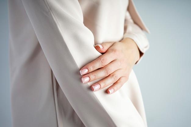 Hand eines jungen mädchens mit schöner französischer maniküre.