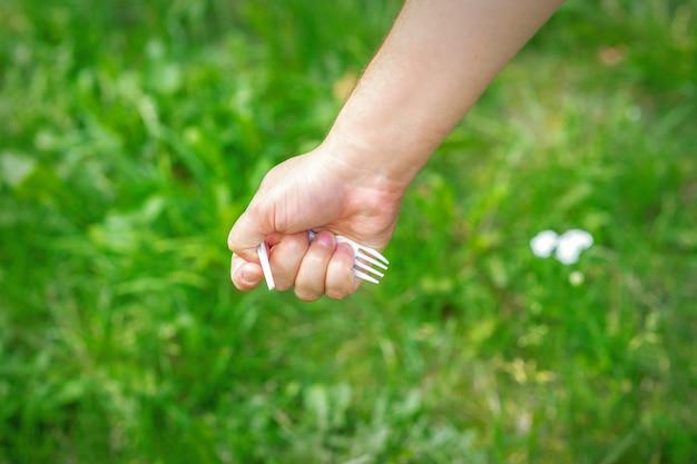 Hand eines kleinen mädchens, das plastikmüll hält
