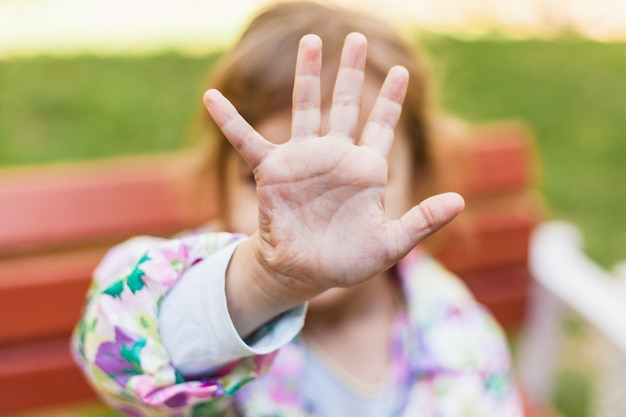 Hand eines mädchens, schau mich nicht an, kindergefühle, beziehungen, angst, familie, fremde