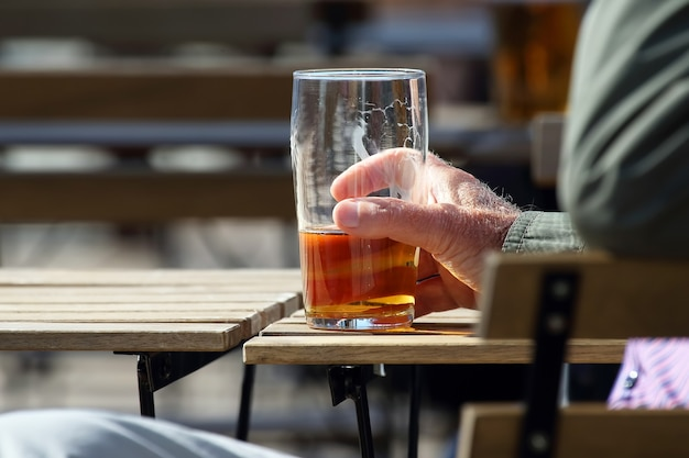 Hand eines mannes, der bier trinkt