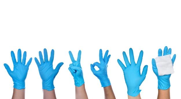 Hand eines sanitäters, der blaue latexhandschuhe trägt