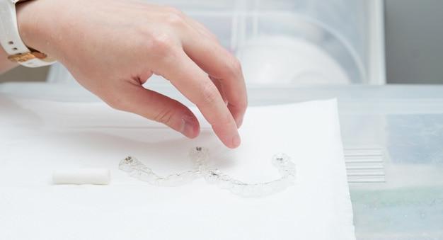 Hand erhalten invisalign-zahnprothese für retainer-mundlächeln