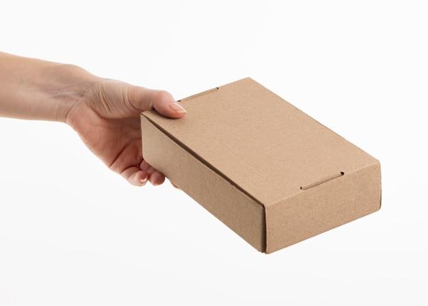 Hand geben pappkarton