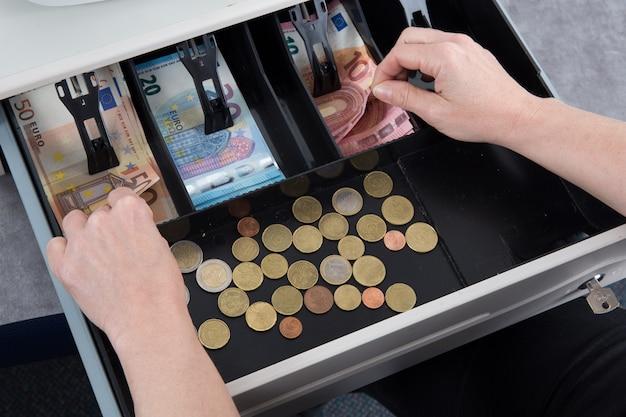 Hand geben wechselgeld in euro von der kasse