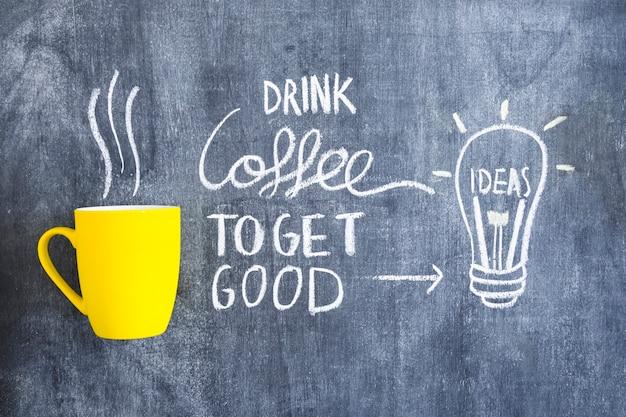 Hand gezeichnete glühlampe der ideen mit text auf tafel mit kaffeetasse