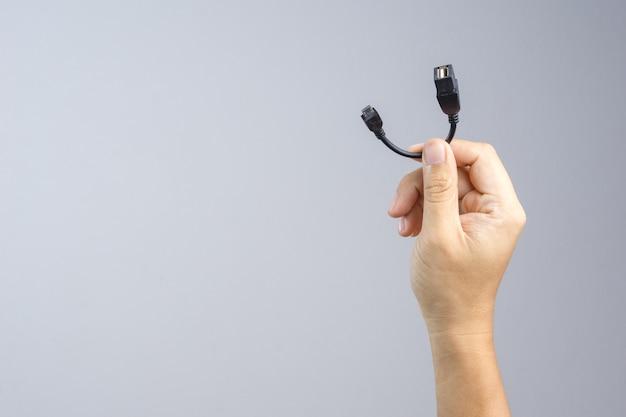 Hand hält adapter usb auf micro-usb-kabelanschluss