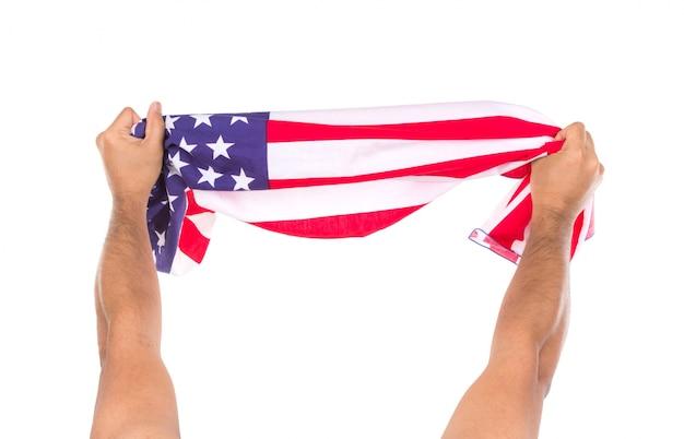 Hand hält amerikanische flagge auf weißem hintergrund