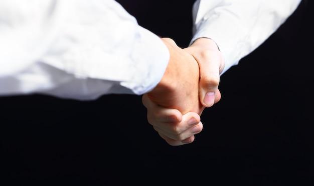 Hand hält auf schwarzem hintergrund