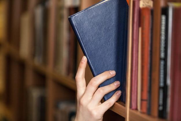 Hand hält buchrecht buch rechtssystem bibliothek recht bibliothek forschung