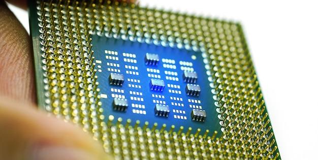 Hand hält cpu-prozessor auf weißem hintergrund selektiver fokus für cpu-prozessor