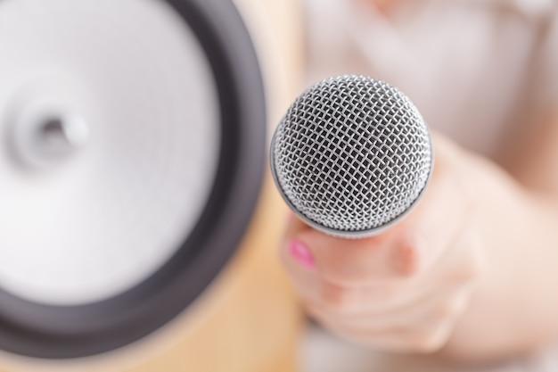 Hand hält das mikrofon