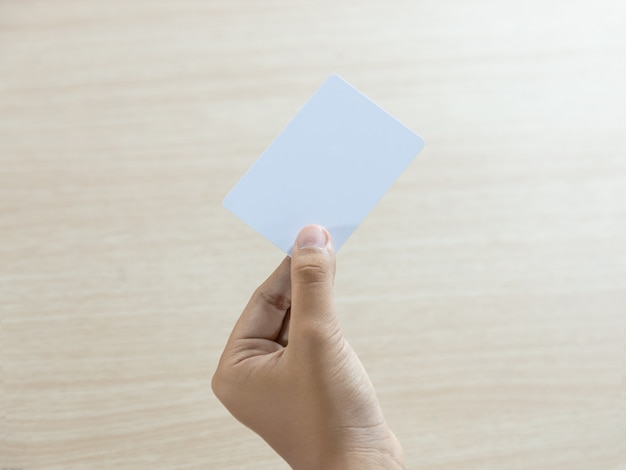 Hand hält die leere weiße karte
