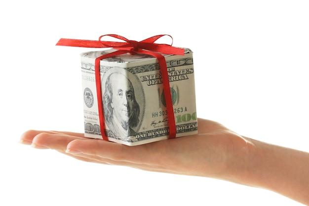 Hand hält dollar-geschenkbox mit schleife isoliert auf weiß