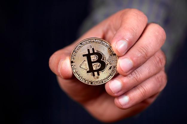 Hand hält ein bitcoin