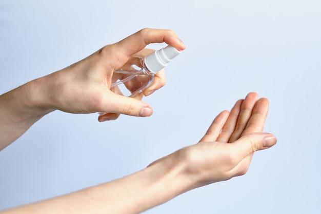 Hand hält ein desinfektionsmittel - ein antiseptikum und sprays auf der hand - konzept des schutzes gegen das coronavirus covid-19.