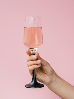 Hand hält ein elegantes glas saft