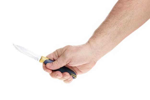 Hand hält ein messer auf weißem hintergrund, eine vorlage für designer. nahansicht