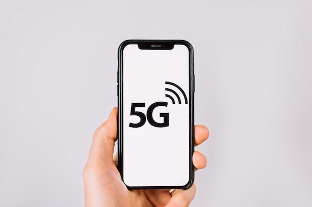 Hand hält ein smartphone mit dem logo des internet-netzwerks