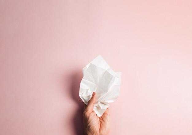 Hand hält ein taschentuch