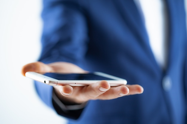 Hand hält ein touchscreen-smartphone