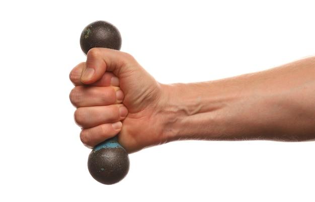 Hand hält eine leichte hantel, die auf weiß isoliert wird